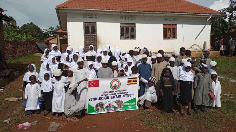 Türkiye'den Avrupa'dan giden yardımlar Uganda'nın … bölgesindeki yetimlere ve ihtiyaç sahiplerine ulaştırılıyor. Hayırseverler PKK saldırılarında şehit edilen Yasin Börü ve Eren Bülbül'ü de unutmadıkların gösteriyor.